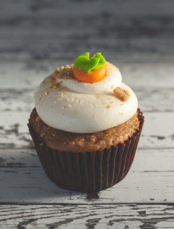 En muffins med krem og marsipangulrot